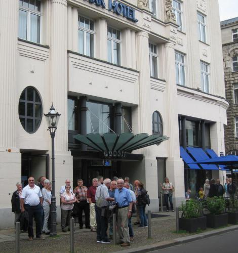 Mossauer Gruppe vor ihrem Hotel
